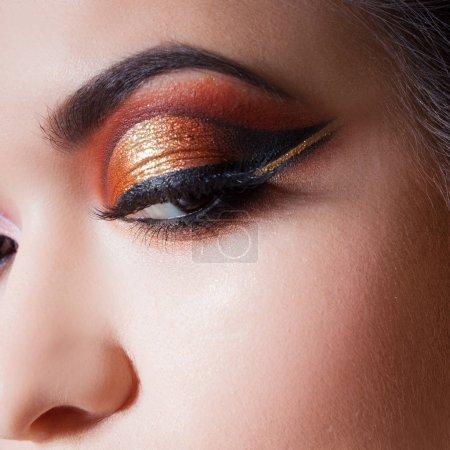 惊人的明亮的眼妆与壮观的箭头。棕色和金色色调, 彩色眼影_高清图片_邑石网