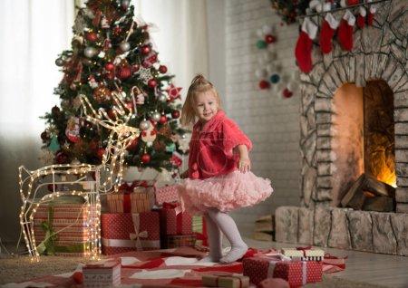 两岁的小女孩在一个有圣诞节的房间里_高清图片_邑石网
