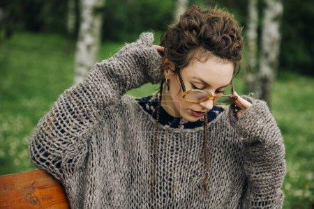 在森林里户外眼镜的漂亮年轻女子