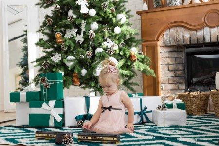 小女孩坐在旁边的圣诞树_高清图片_邑石网