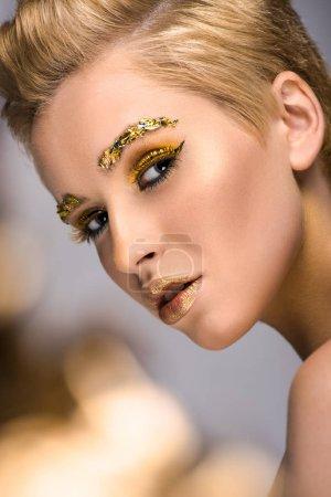 金发美女, 脸上有金色的闪光, 头发上的短发被隔绝了。