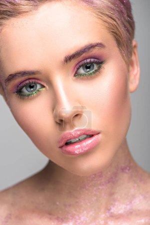 有魅力的女人, 紫色的妆看在相机上孤立的灰色