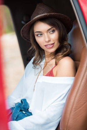 在旅途中坐在车里的漂亮女孩