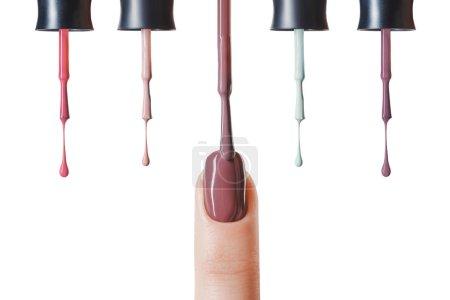 棕色指甲油的妇女指甲与湿刷子隔离在白色 _高清图片_邑石网