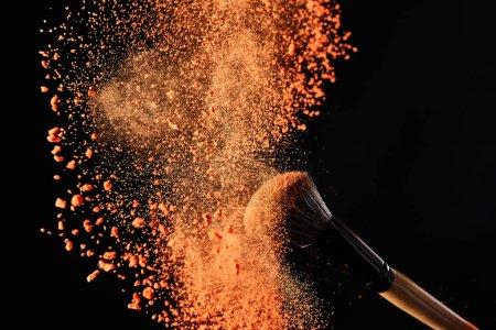 时尚化妆刷的粉末质感