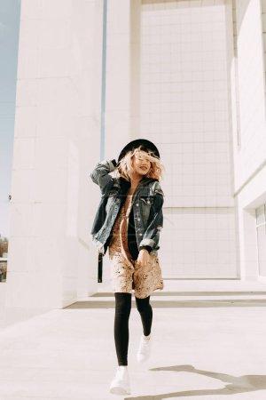 美丽时尚的女孩, 街头照片拍摄与眼镜和帽子。笑, 笑, 跑一圈。照片中的美国处理。册子的收藏街风格