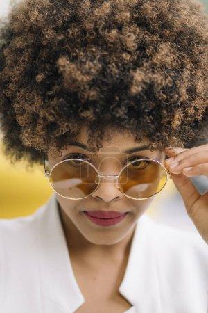 漂亮的女人, 太阳镜看着相机