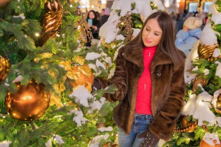新年的节日照片。莫斯科是2019年新的一年的庆祝活动, 与一个美丽的女孩合影._高清图片_邑石网