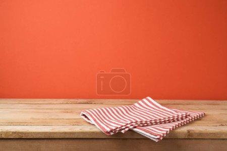 空木桌与桌布在红色墙壁背景