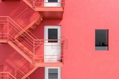 现代建筑外观有红墙、白门和紧急出口楼梯。b 计划概念和创造性思维。3d 渲染模拟