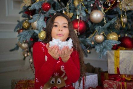 新年快乐。圣诞节。孩子享受假期。小快乐的女孩在圣诞节。圣诞节前的第二天早上新年假期。小女孩喜欢圣诞礼物。五颜六色的乐趣。做魔术_高清图片_邑石网