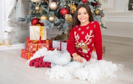 可爱的小女孩与圣诞节礼物。圣诞节前的第二天早上新年快乐。圣诞购物。等着圣诞老人圣诞。圣诞节家庭假期。一起庆祝新年_高清图片_邑石网