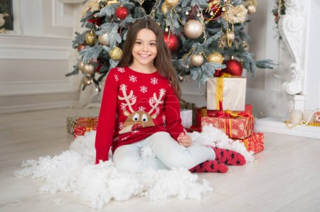 圣诞节家庭假期。等着圣诞老人圣诞。圣诞节前的第二天早上新年快乐。圣诞购物。可爱的小女孩与圣诞节礼物。圣诞乐趣_高清图片_邑石网
