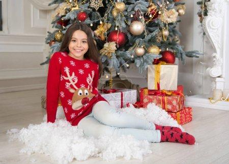圣诞节时间。家庭。快乐的小女孩庆祝寒假。圣诞节前的第二天早上童年。新年快乐。送圣诞礼物。圣诞节到了_高清图片_邑石网