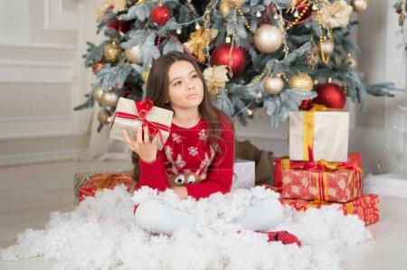 悲伤的小女孩庆祝寒假。新年快乐。圣诞节时间。可爱的小女孩与圣诞节礼物。送圣诞礼物。亲爱的圣诞老人一起庆祝新年_高清图片_邑石网