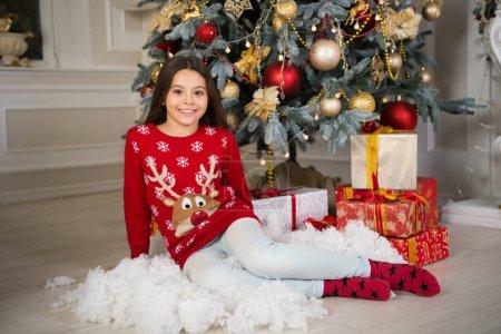 送圣诞礼物。快乐的小女孩庆祝寒假。圣诞节时间。新年快乐。圣诞购物。可爱的小女孩与圣诞节礼物_高清图片_邑石网