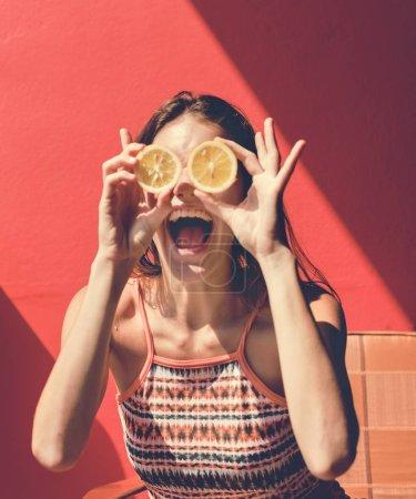 快乐可爱的女孩与桔子