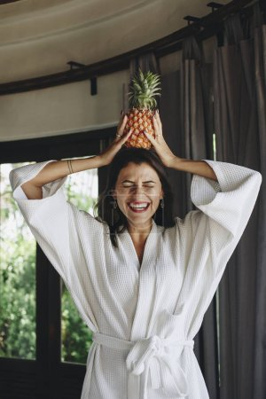 穿着浴衣的女人拿着菠萝