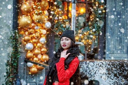 圣诞节期间在城市里散步的年轻女孩_高清图片_邑石网