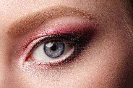 特写女脸与眼睛化妆的宏。时尚庆祝化妆,发光清洁皮肤。夏季粉红眼影_高清图片_邑石网
