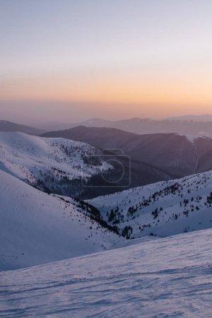 在日落背景雪被覆盖的山的看法_高清图片_邑石网