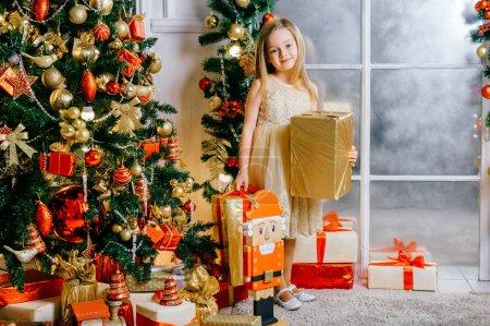 可爱的女孩与礼物在圣诞装饰的房间_高清图片_邑石网