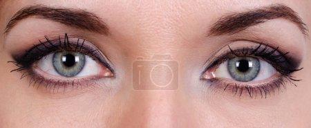 小女孩的眼睛因妆而酸痛_高清图片_邑石网